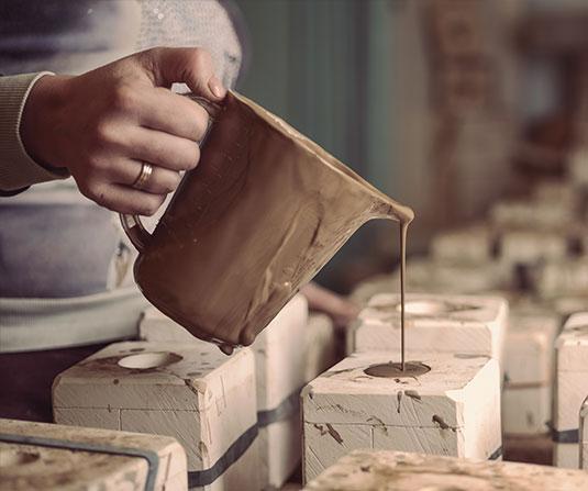 Заливка форм глиной в мастерской ярославская майолика